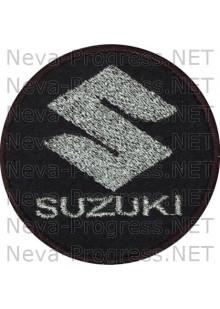 Шеврон в салон автомобиля СУЗУКИ (SUZUKI) круг диаметр 60 мм. (черный фон, черный кант, метанить)