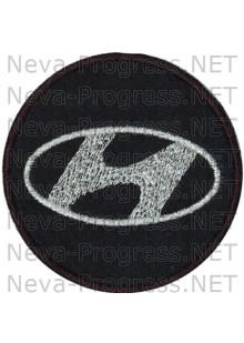 Шеврон в салон автомобиля ХЕНДАЙ (HYNDAI) круг диаметр 60 мм. (черный фон, черный кант, метанить)